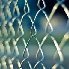 Fissare paletti di ferro da recinzione: materiali e procedura per farlo correttamente